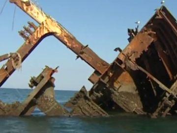 Sirvió de refugio para narcotraficantes, sus bodegas se inundaron hasta reventar el casco... repasamos los mitos del naufragio del 'Barco del Arroz'