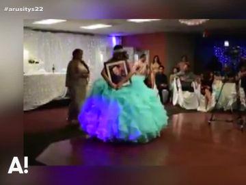 El emotivo baile de una joven abrazada al retrato de su padre fallecido