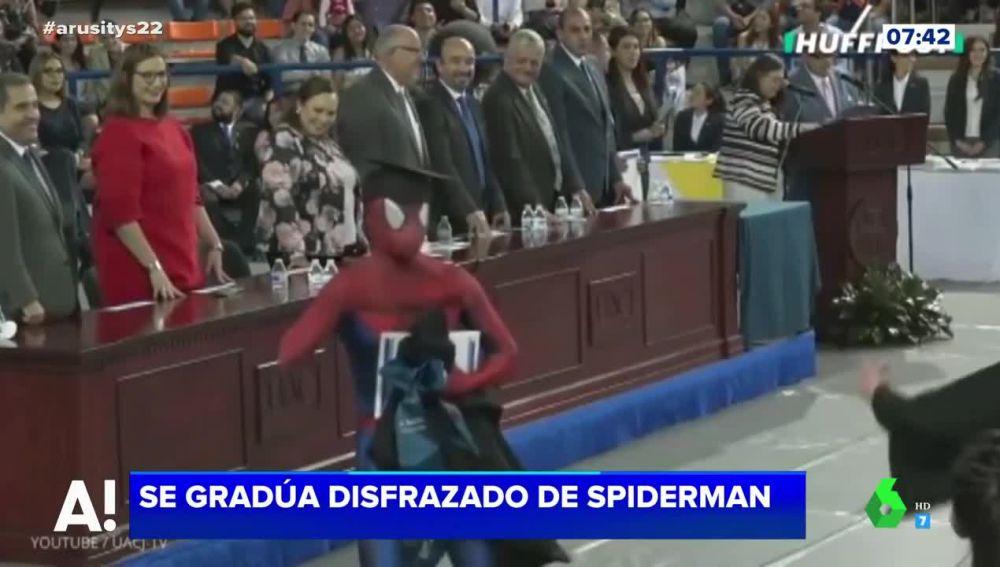 Se gradúa disfrazado de Spider-Man