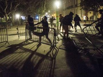 Centenares de personas se concentraron ante el Parlamento catalán