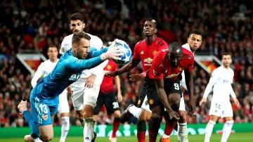 Neto atrapa un balón ante el Manchester United