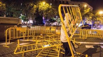 Un manifestante lanza una valla durante los altercados