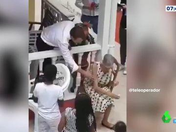 La espectacular cobra de una señora al presidente francés cuando iba a saludarla