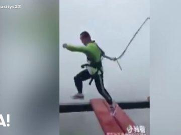 El momento en el que un arnés de seguridad se suelta con un hombre en las alturas