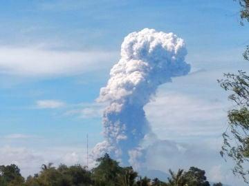 El volcan Sotupan entre en erupción en Indonesia