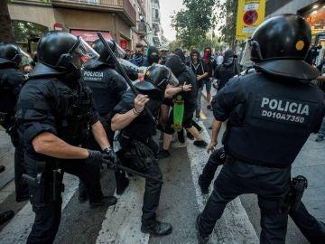 Dispositivos de los Mossos d´Esquadra cargan contra los manifestantes independentistas