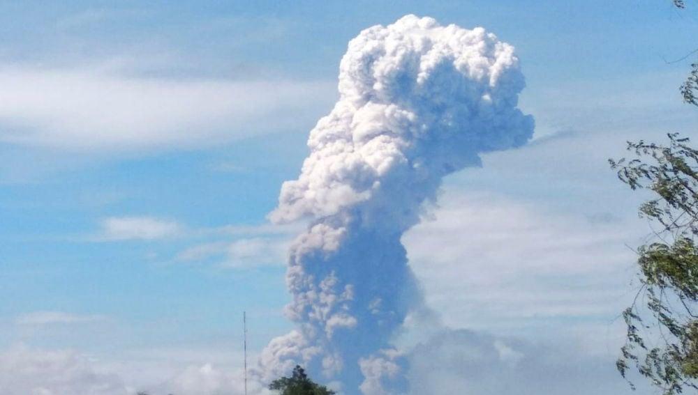 Fotografía cedida por la Agencia Nacional de Gestión de Desastres que muestra el Monte Soputan
