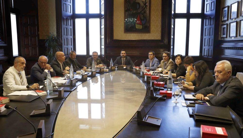 El pleno del Parlament, en el aire por disputa de JxCat y ERC por voto delegado