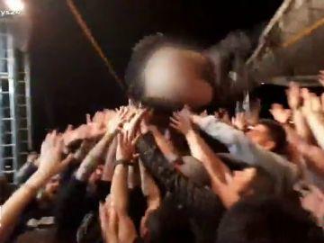 Con los genitales al aire: así termina un rockero al lanzarse al público en mitad del concierto