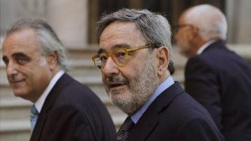 El ex presidente de CatalunyaCaixa, Narcís Serra, acompañado por su abogado Pau Molins