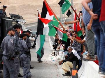 Soldados israelíes discuten con un manifestante