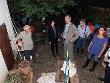 Los reyes  junto a la presidenta de Baleares y  vecinos de Sant Llorenç