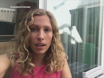 Una mujer obligada a abandonar su casa