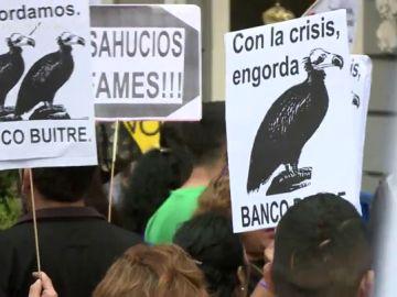 La protesta de afectados por desahucios contra los fondos buitre