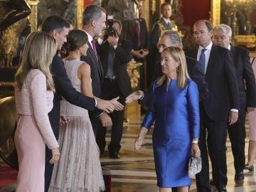 Los reyes Felipe VI y Letizia, junto al presidente del gobierno Pedro Sánchez y su mujer Begoña Gómez
