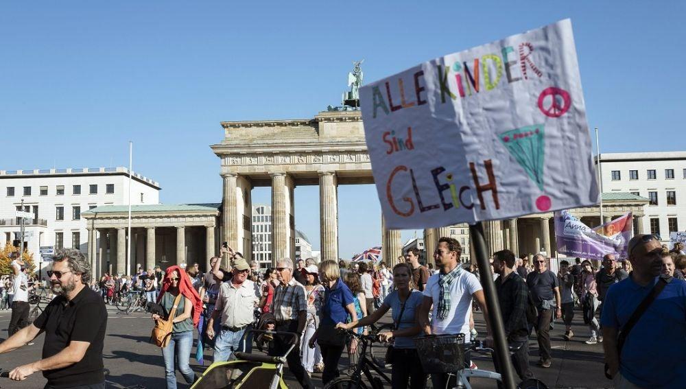 Multitudinaria manifestación contra el racismo en Berlín