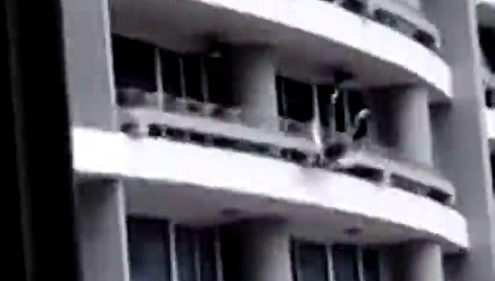 Imagen de la impactante caída de una mujer desde el piso 27 de un edificio cuando intentaba hacerse un selfie