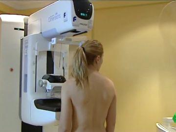 Mujer antes de hacerse una mamografía