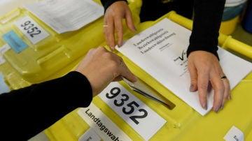 Un elector elige su voto durante las elecciones del estado de Baviera en un colegio electoral en Nuremberg
