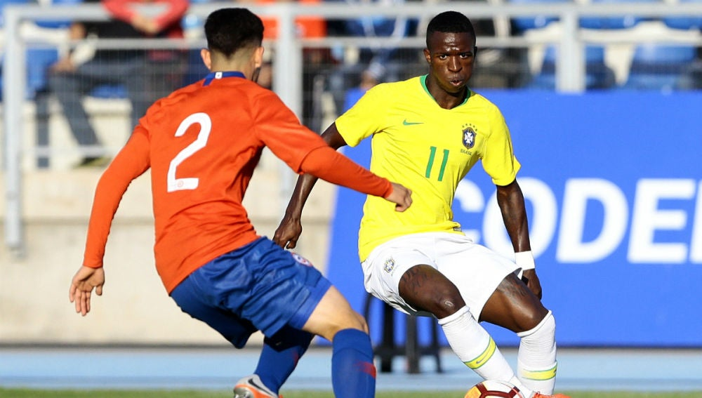Vinicius encara a un rival