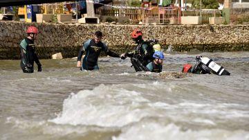 Una imagen del cuerpo de los GEAS de la Guardia Civil rastreando el torrente