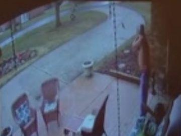 Un hombre disparando a un joven negro en EEUU