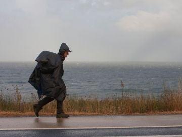 Peregrinos del Camino de la Costa realizan la travesía cubiertos