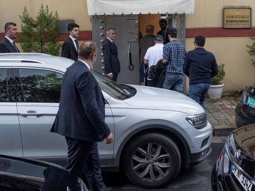 Personalidades saudíes a su llegada al consulado de Arabia Saudí en Estambul, Turquía