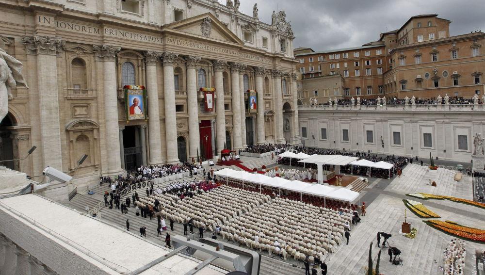 Vista general de la Plaza de San Pedro durante una ceremonia de canonización