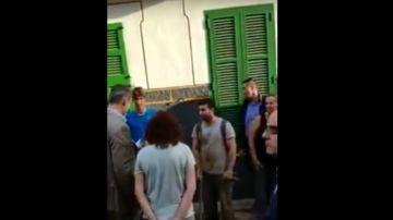 Un joven ofrece una escoba al rey en Sant Llorenç
