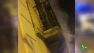 Un detenido por el incendio en un edificio de viviendas en el centro de Barcelona que ha dejado 18 heridos