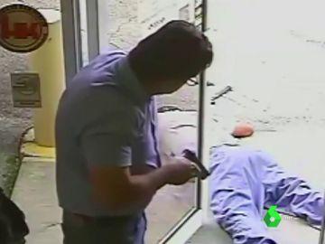 El hombre mira al fallecido después de dispararle