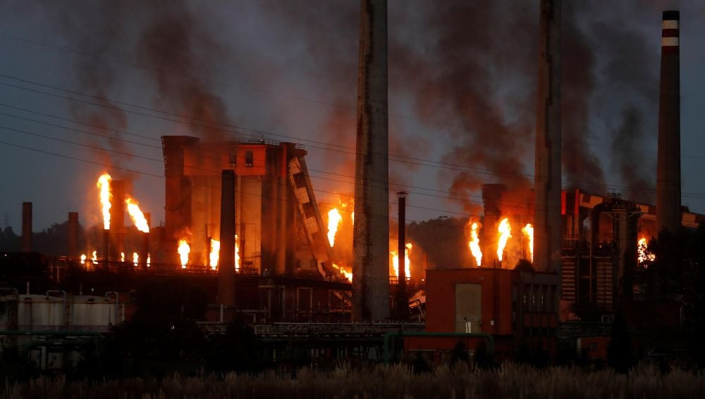 vista del incendio industrial declarado en las baterías de coque de la multinacional siderúrgica ArcelorMittal
