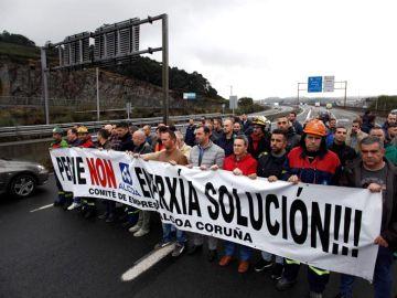 Un grupo de trabajadores de la empresa de Alcoa en A Coruña, durante la concentración