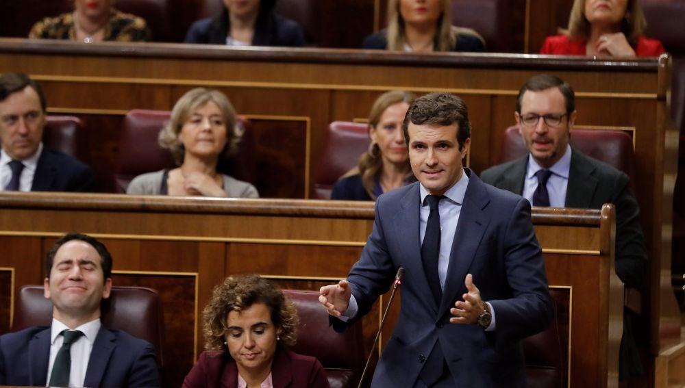 El presidente del Partido Popular Pablo Casado, formula una pregunta durante la sesión de control en el Congreso de los Diputados