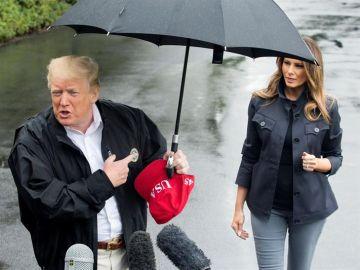 Donald Trump aparta el paraguas a Melania