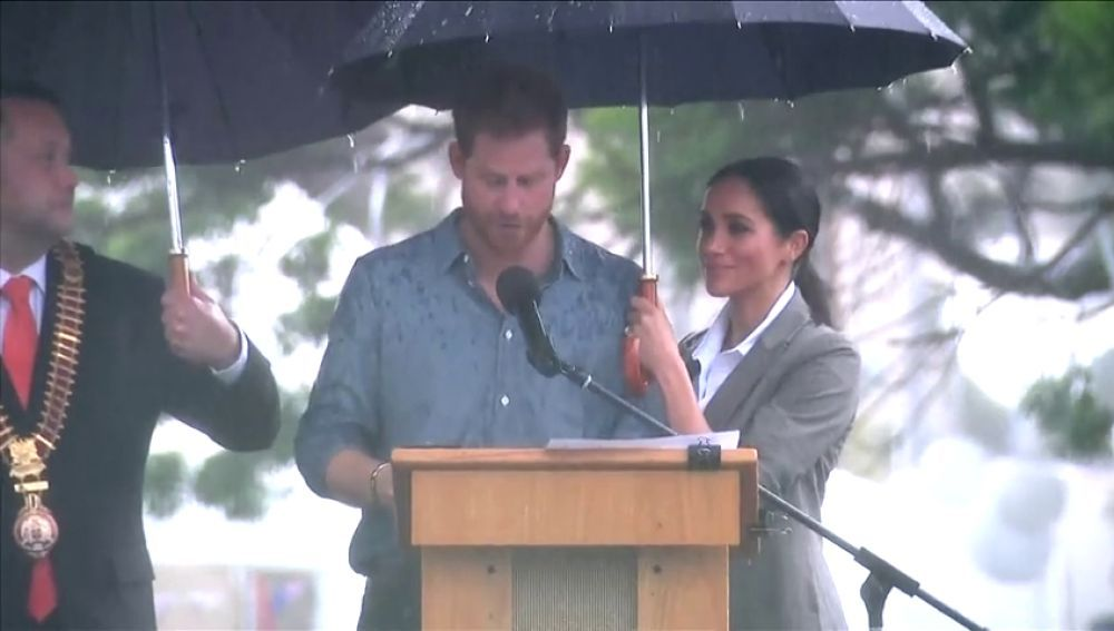 Meghan Markle sujeta el paraguas a su marido, Enrique