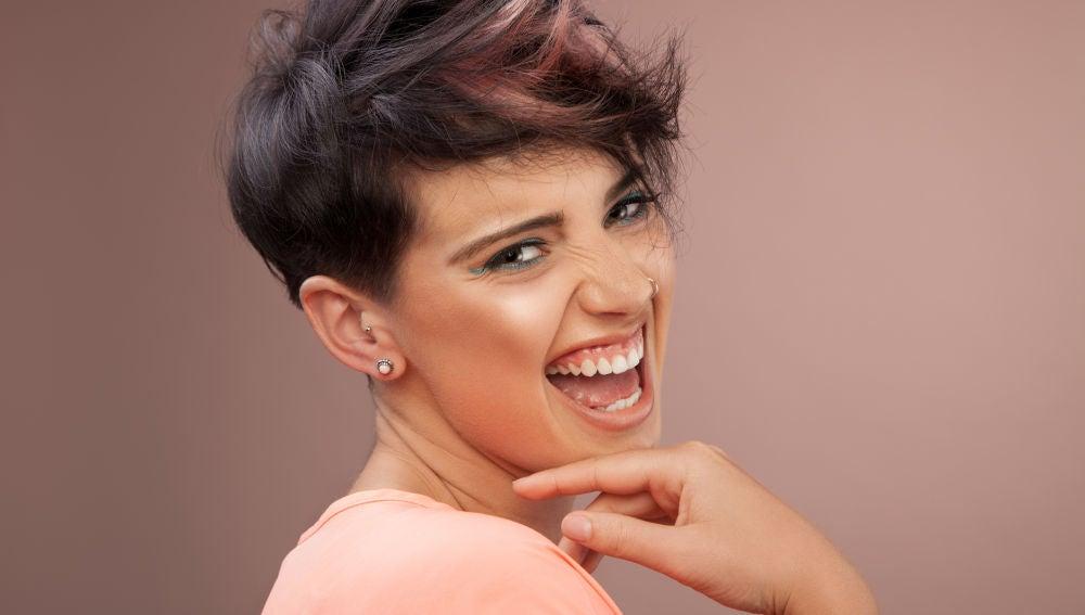Mujer contenta con su corte de pelo
