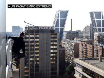 Se cuelan en los edificios y se fotografían desde las cornisas de las azoteas para sentir el riesgo: aumenta la práctica de 'rooftopping'