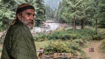 Rick en el bosque en el que convive con ojos salvajes.