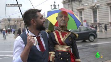 Dani Mateo con la momia de Franco