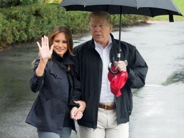 Lluvia de críticas a Donald Trump por no cubrir a Melania por el paraguas