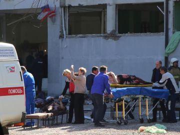 Los servicios de Emergencias atienden a varios heridos frente al instituto de Crimea