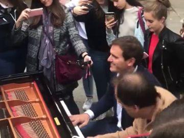Albert Rivera, como nunca antes lo habías visto: así toca el piano en plena calle de Madrid