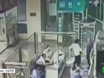 Un niño se mete dentro de una máquina de rayos X en una estación de tren en China