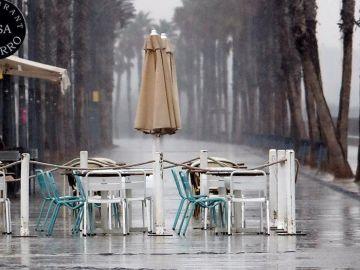 Terrazas vacías por la lluvia en Valencia