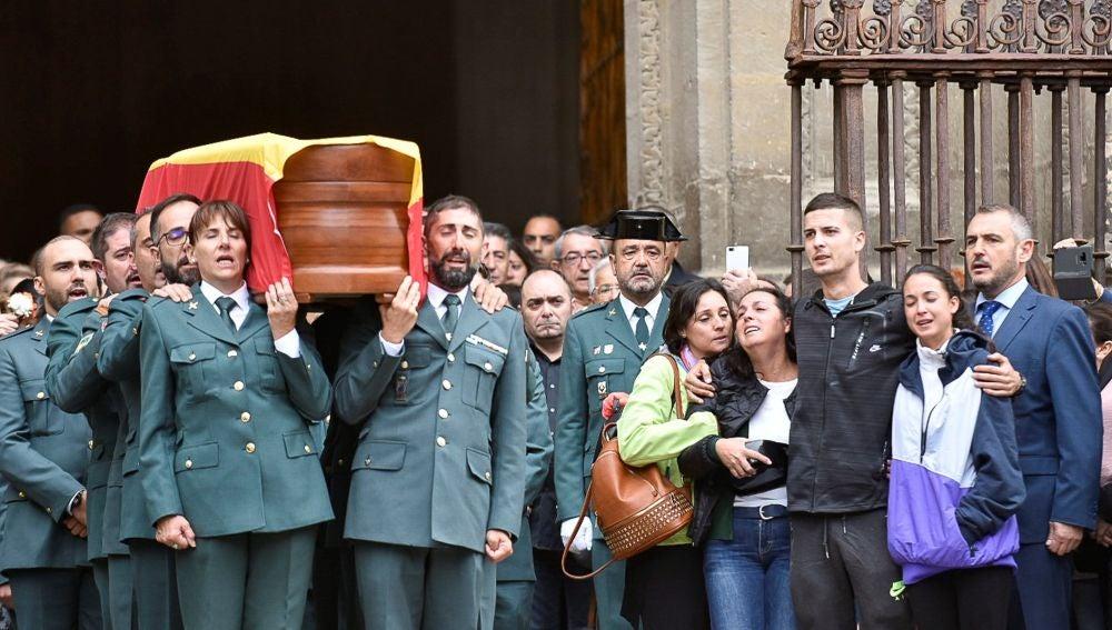La familia del guardia civil asesinado en Granada, en su funeral