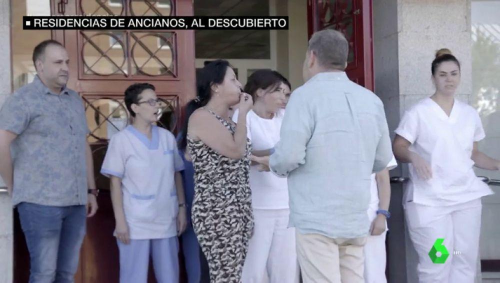 Alberto Chicote habla con los trabajadores de una residencia