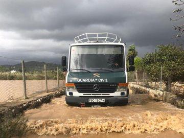 Labores de limpieza de una carretera de Pollensa (Mallorca)