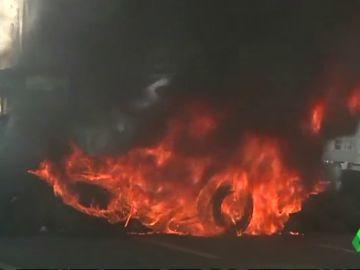 Trabajadores de Alcoa queman neumáticos como protesta por el cierre de la fábrica de A coruña